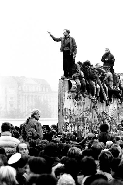 Berlin Wall comes down: the city's party starts