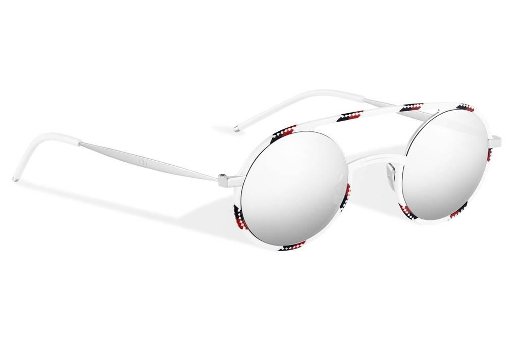 93baa5862 يعد إصدار DiorSynthesis01 الأنيق والرياضي، من ضمن النظارات الشمسية الأكثر  انتشاراً هذا العام، فهو يتميز بإطار مميز وعدسات فضية.