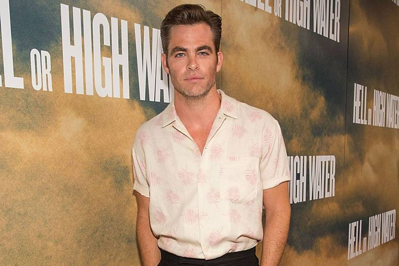 Chris Pine Shows You How To Wear A Short-sleeved Shirt