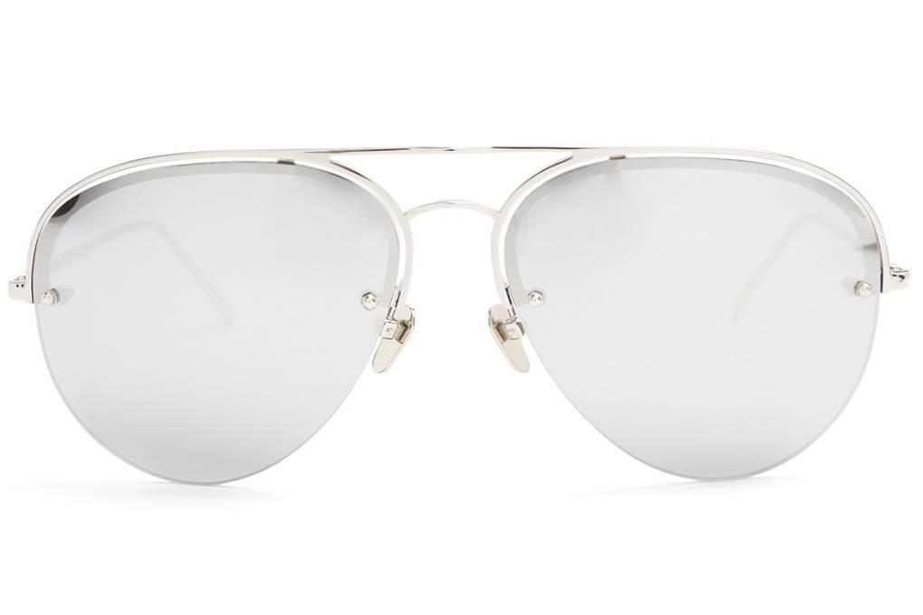 6ec79b625 تجمع نظارات Linda Farrow الشمسية بين التصميم القديم والتطور العصري، ودائماً  ما تتميز نظارات علامة Linda Farrow التجارية بوجود شكل مبتكر ومميز عند جسر  الأنف، ...