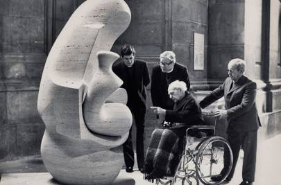Henry Moore visiting the newly installed Mother and Child: Hood sculpture at St Paul's, 1984. (Photo: The Press Association)